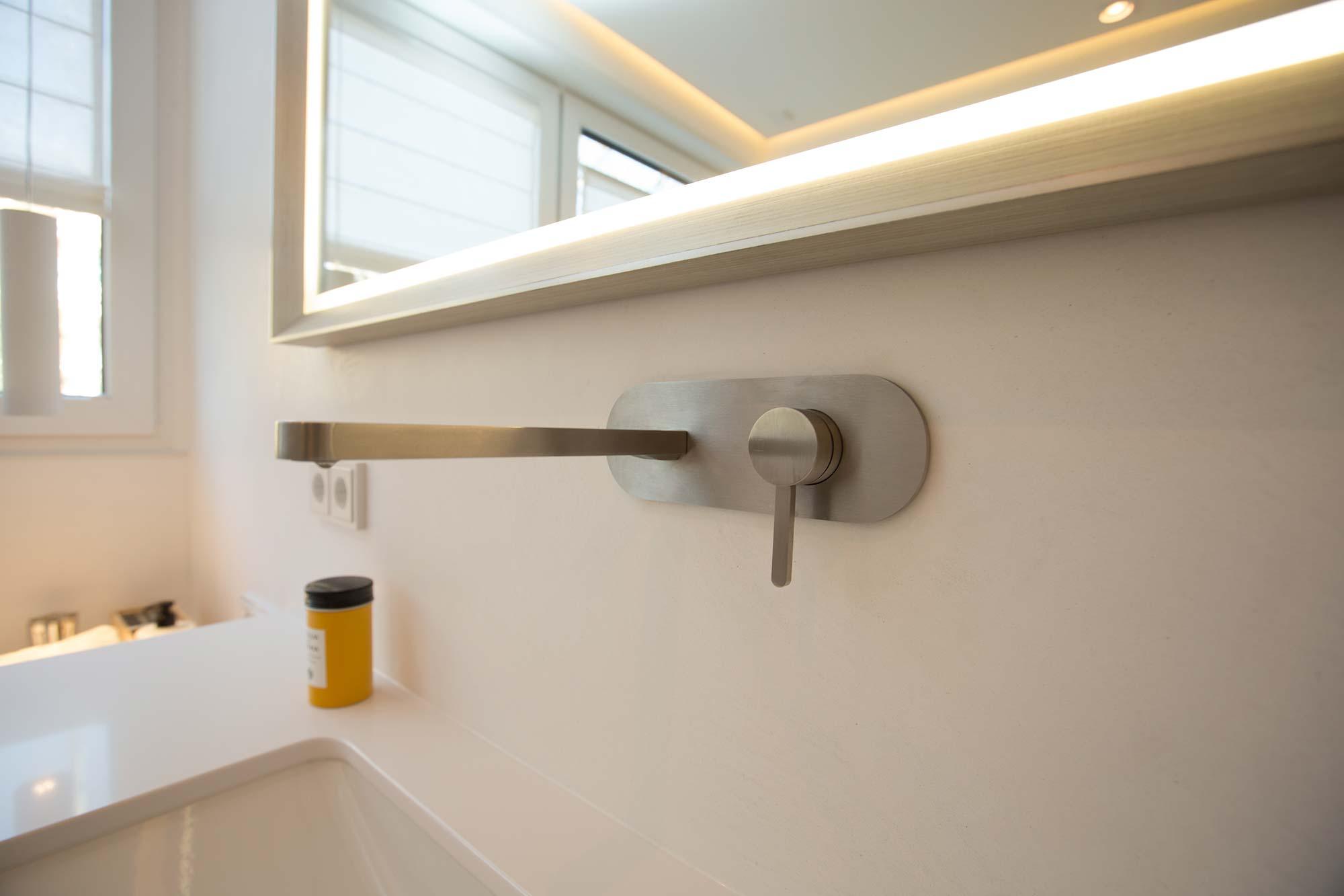 Moderne Armatur am Waschbecken