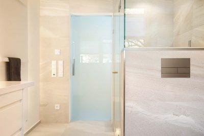 Milchglastür im Badezimmer